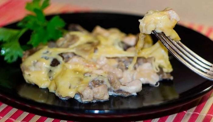 Жюльен на сковороде с курицей и грибами со сливками