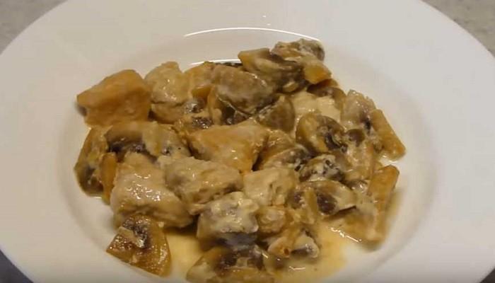 Жюльен на сковороде с курицей и грибами со сметаной