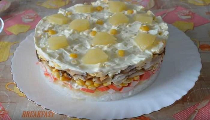 Слоеный салат с рисом и крабовыми палочками