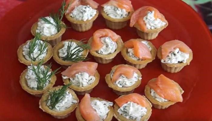 Закуска из красной рыбы и творожного сыра в тарталетках