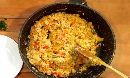 Выкладываем рис в сковороду