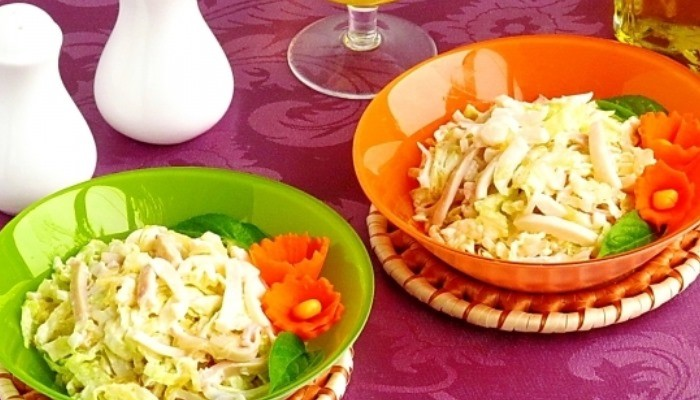 Салат с кальмарами, капустой и луком