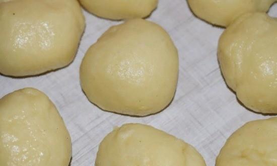 Вымешиваем тесто, формируем шарики