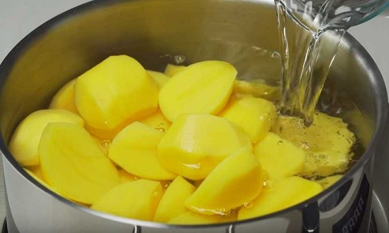заливаем картошку водой