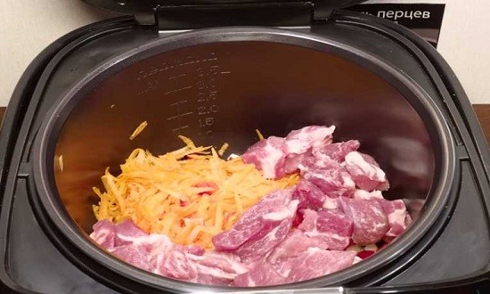 выкладываем мясо в мультиварку