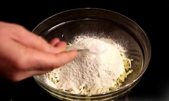 Натираем картофель добавляем муку