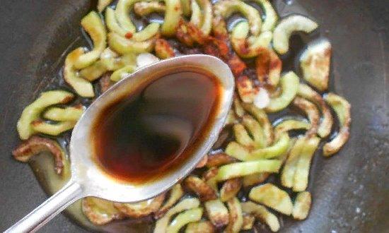 Добавляем приправы и соевый соус