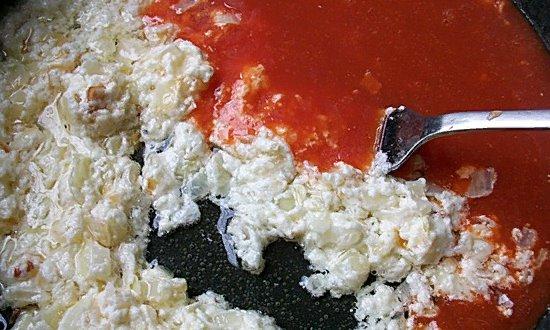 Вливаем томатный сок
