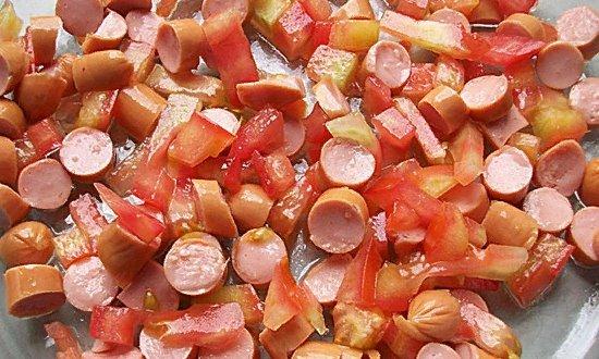 Выкладываем в форму сосиски и томаты