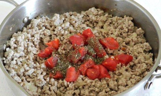 Добавляем томаты и специи