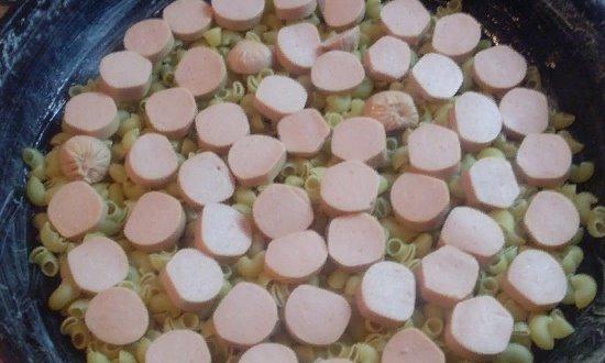 В форму выкладываем макароны и сосиски