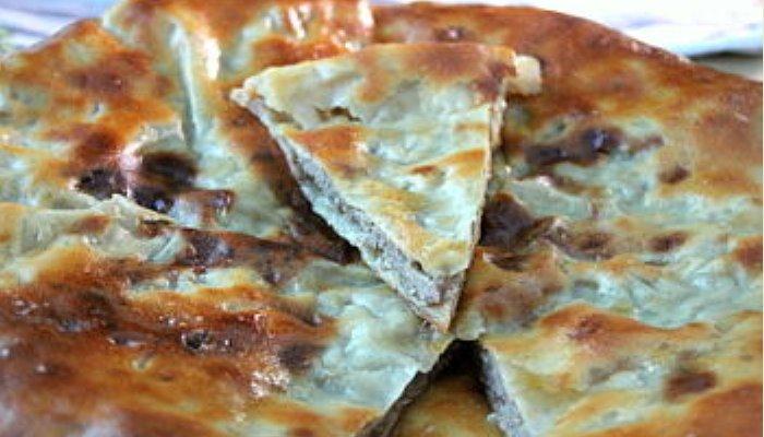 Осетинский мясной пирог с начинкой из сыра и капусты