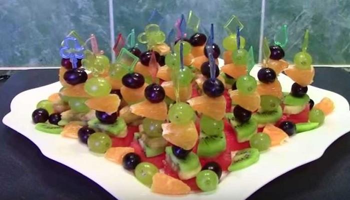Простое и вкусное фруктовое ассорти на шпажках