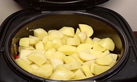 добавляем картошку в мультиварку