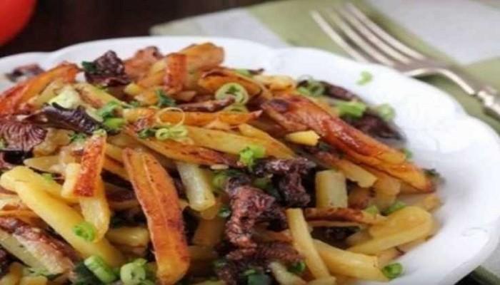 Как пожарить картошку с сушеными грибами на сковороде