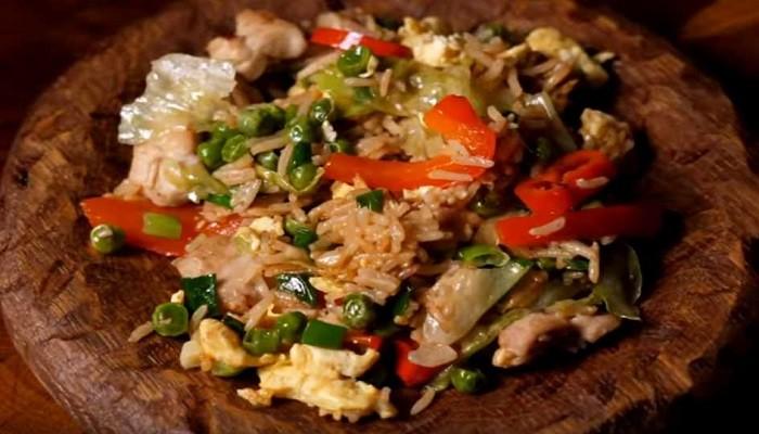 Жареный рис с овощами по-тайски