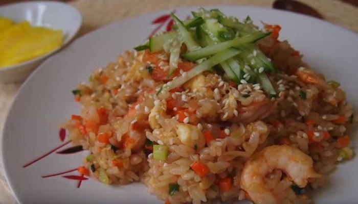 Жареный рис с овощами и креветками