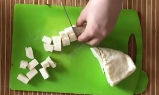 режем кубиками сыр