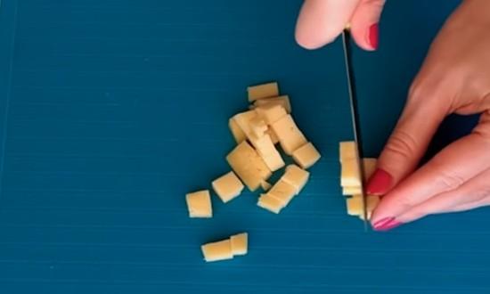 режем сыр кубиками