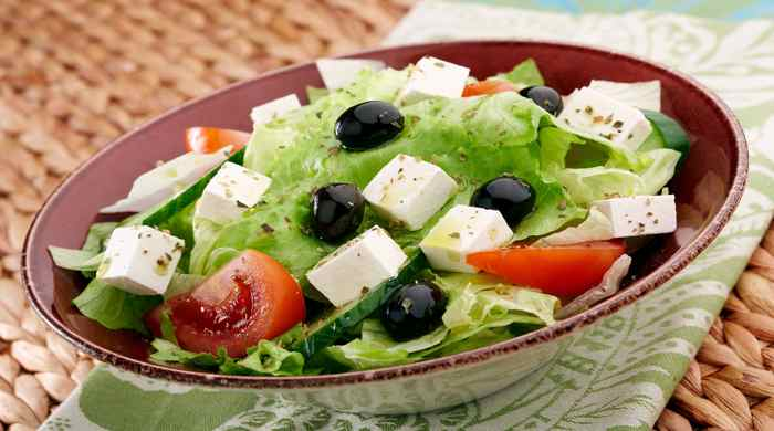 Греческий салат с пекинской капустой, сыром фетой и оливками — 10 домашних рецептов