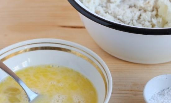 Взбиваем яйцо, добавляем в картофельно рыбную массу