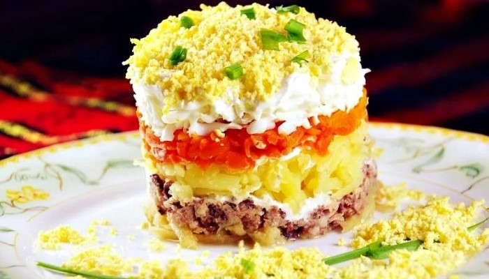 Салат «Мимоза» с консервами и картофелем