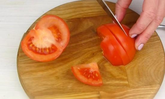 Измельчаем томаты