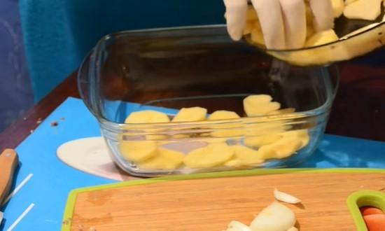 Выкладываем ломтики картофеля в форму