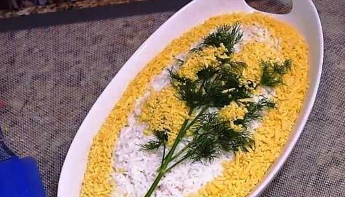 Салат «Мимоза» с рисом и тунцом