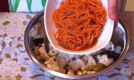 выкладываем морковь в капусту