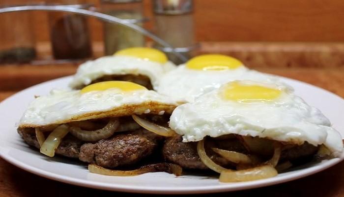 Бифштекс из свинины с яйцом