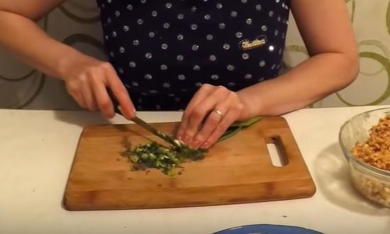Измельчаем зелёный лук