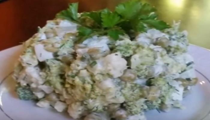 Салат из цветной капусты с горошком