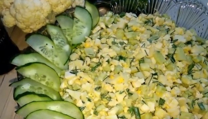 Салат из цветной капусты с яйцом и огурцом