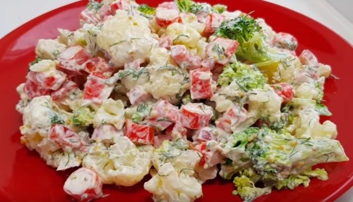 Салат из капусты с яйцом и крабовыми палочками
