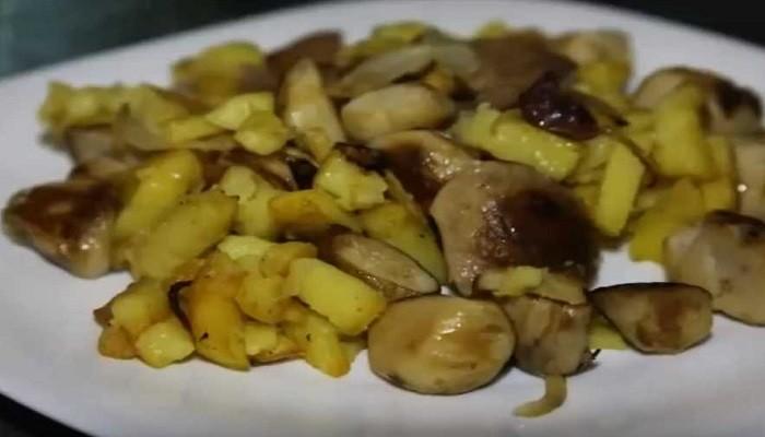Картошка, жареная на сковороде с белыми грибами