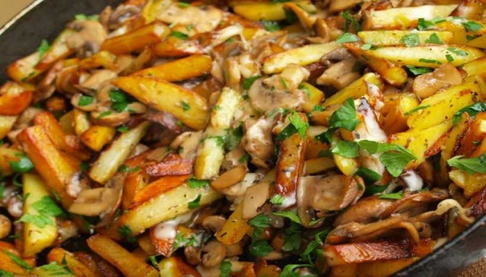 Картошка, жареная с шампиньонами на сковороде