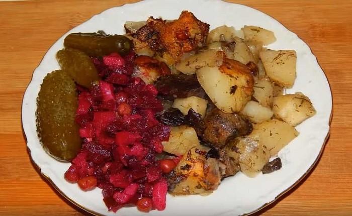 Картошка, жареная на сковороде с замороженными грибами