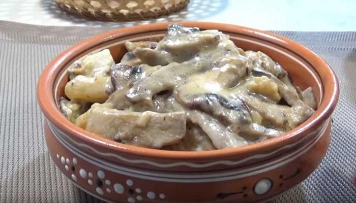 Картошка, жареная на сковороде с грибами со сметаной