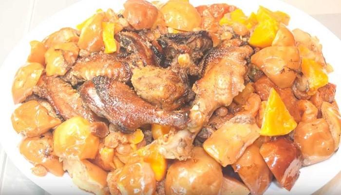 Утка с яблоками и черносливом в духовке с курагой