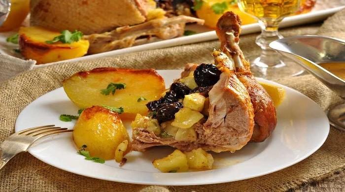Утка с яблоками и черносливом, запечённая в духовке, рецепты сочного и вкусного блюда