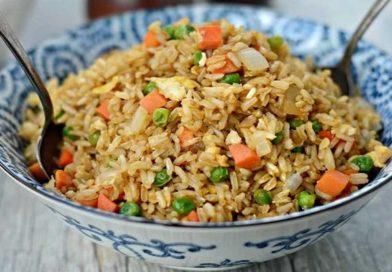 Как приготовить жареный рис с овощами и яйцом на сковороде вкусно по простым рецептам