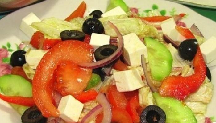 Греческий салат с пекинской капустой, оливками