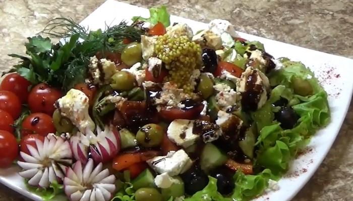 Греческий салат с гранатовым соусом