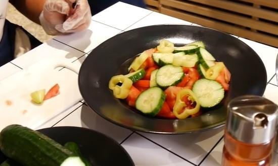 Режем перец и выкладываем на блюдо