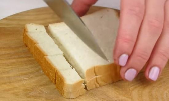 Нарезаем кубиками хлеб