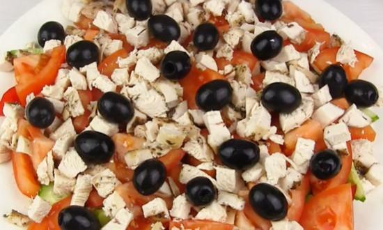 Распределяем измельчённое мясо и оливки
