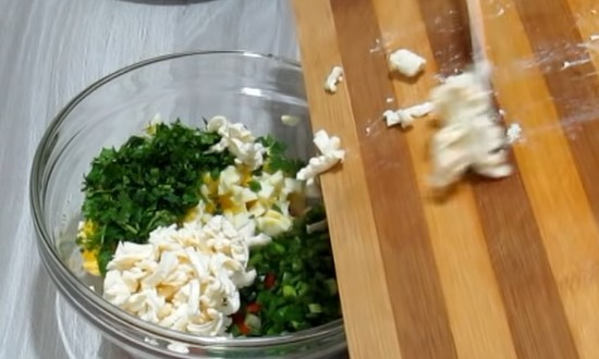 Натираем плавленый сыр