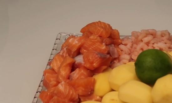 Подготавливаем рыбу и креветки