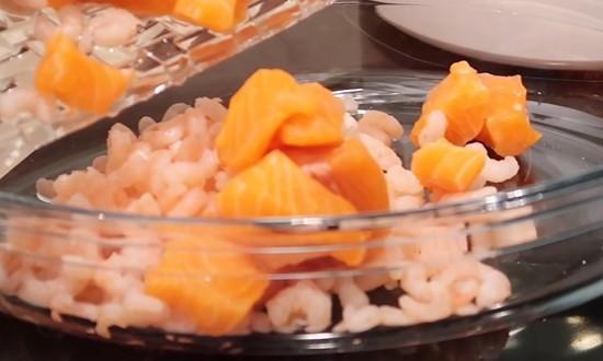 В форму выкладываем рыбу и креветки